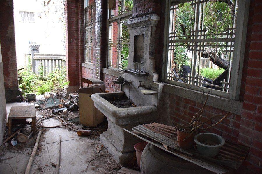 大戶人家迴廊內的磨石子洗手台與木質窗櫺。 圖/作者提供
