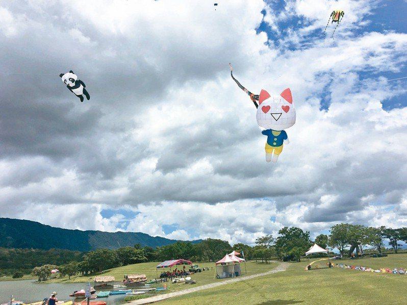 大坡池竹筏季,天空飄著風箏。 圖/馬翊航提供