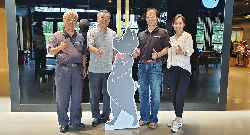 太平洋自行車董事長林正義(左起)、祥圃實業董事長吳昆民兩位都是磐石獎企業代表,與...