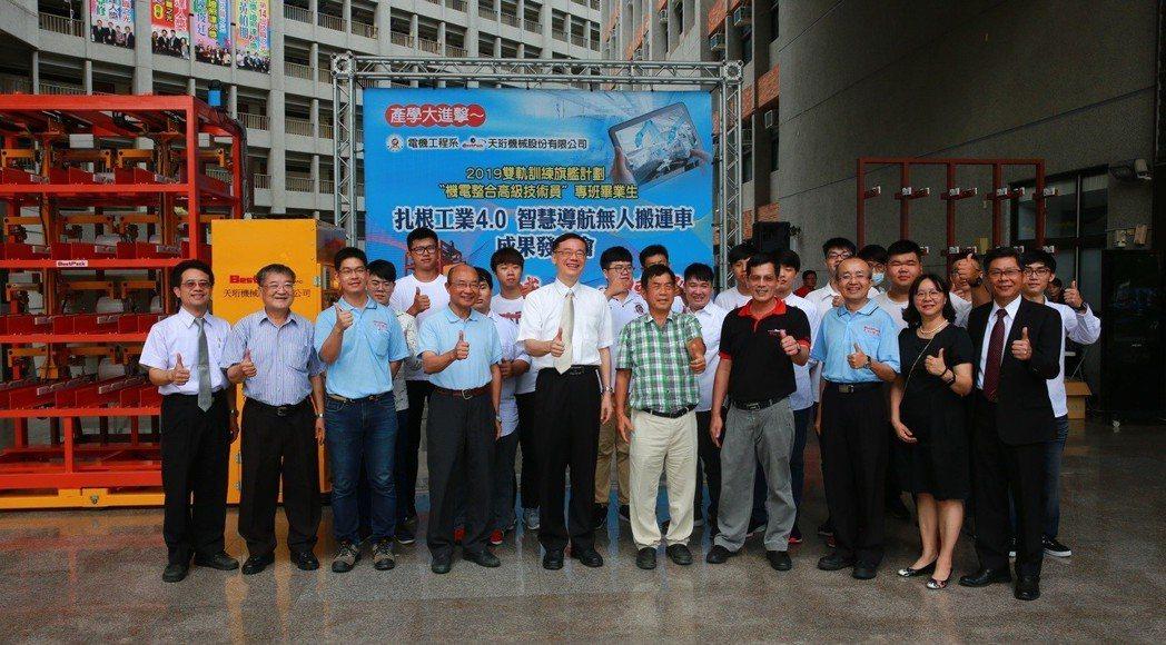 吳鳳科大與天衍機械公司合作「雙軌訓練旗艦計畫」,14名訓練生順利完成訓練,並一同...