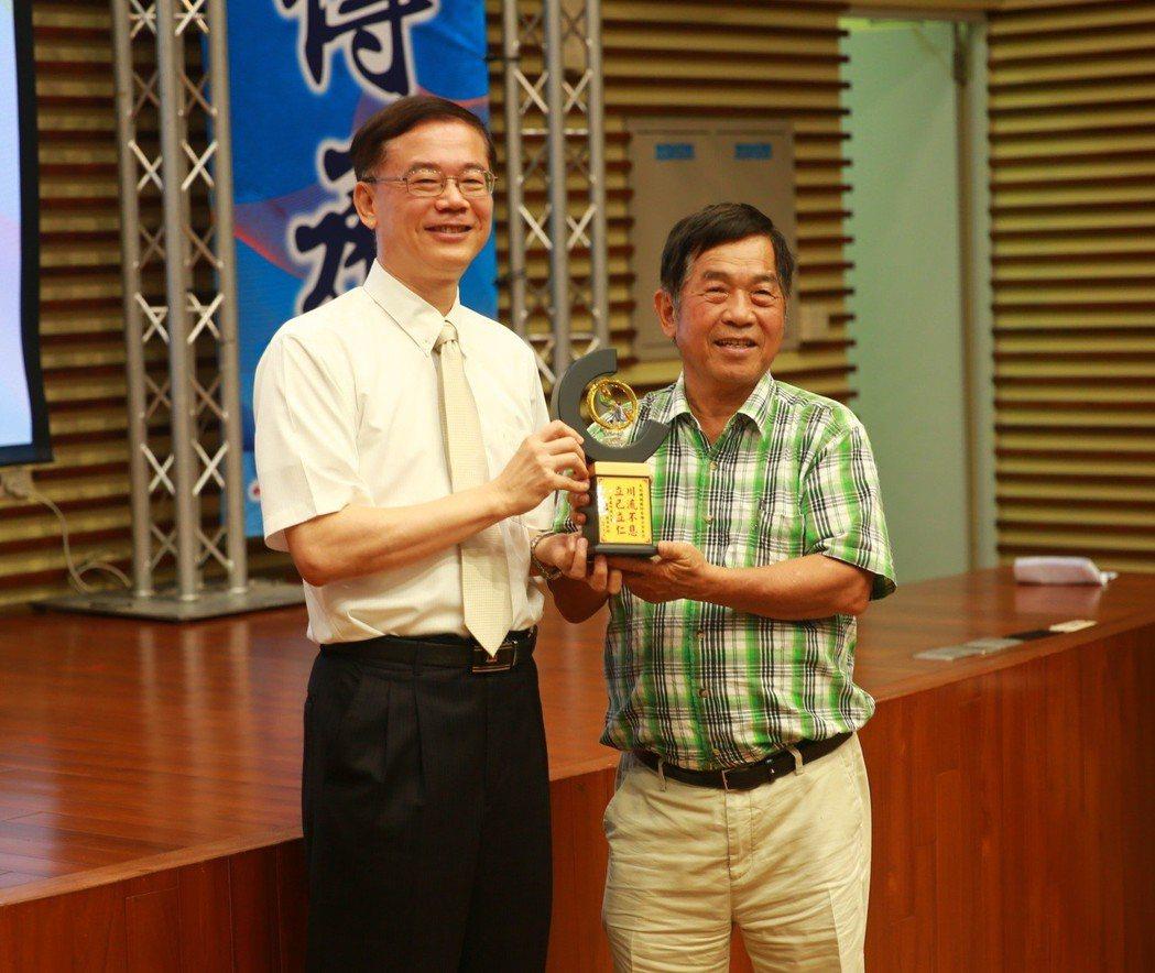 吳鳳科大蘇銘宏校長(左)致贈紀念品予天珩機械總經理邱兆鋒。 張傑/攝影