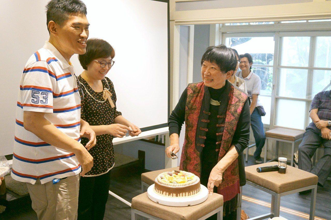 演講當日適逢母親節,講者(左)郭漢辰老師準備了一份蛋糕,與張曉風老師一同慶賀。(...