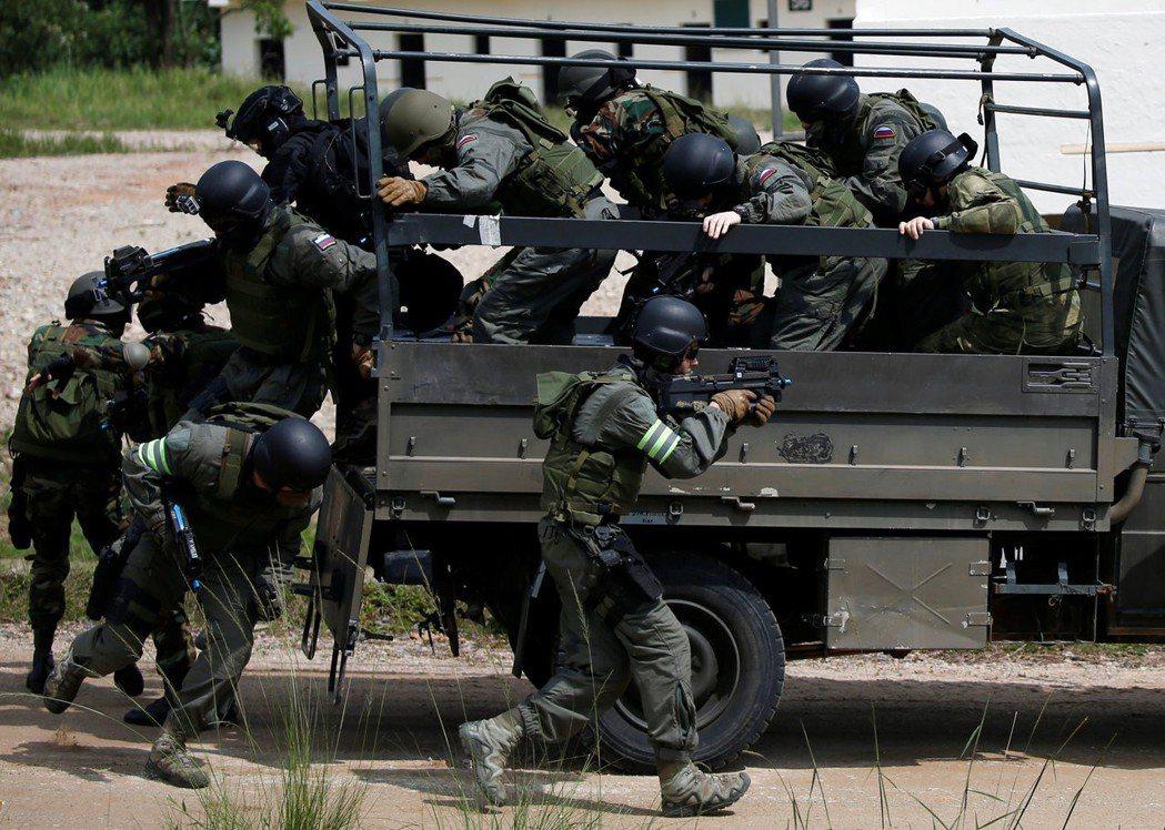 911帶起的全球反恐戰爭,讓打擊恐怖主義變成星國的新目標;日益增加的海盜,亦威脅...
