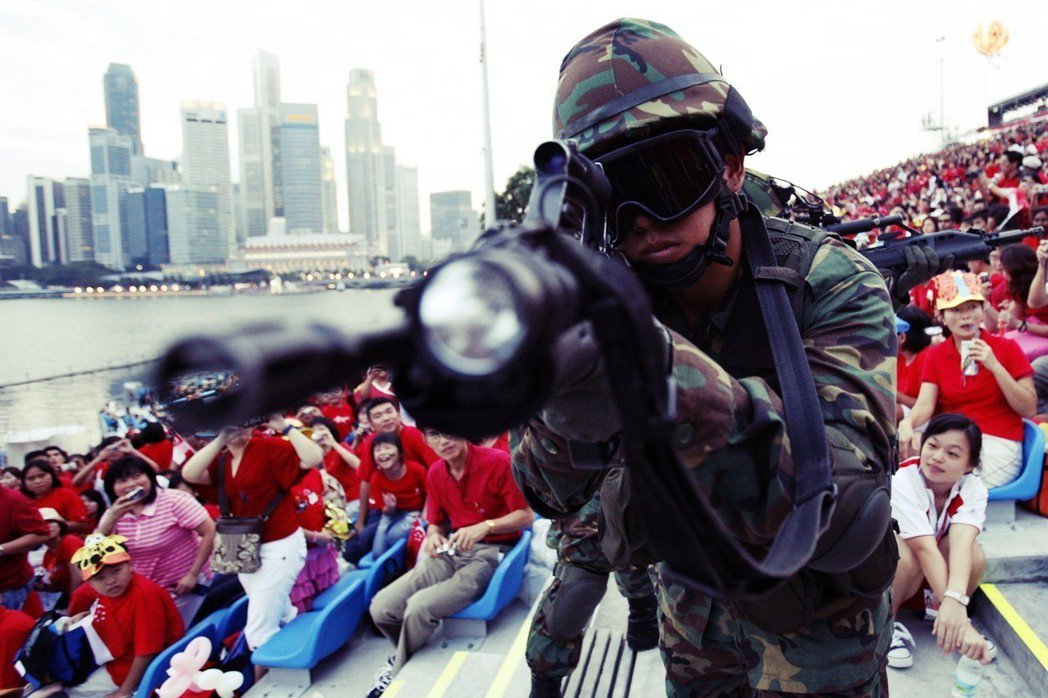 """新加坡的""""小国国防""""战略,是怎么让它在强敌环伺下夹缝求生?图为2007年新加坡国..."""