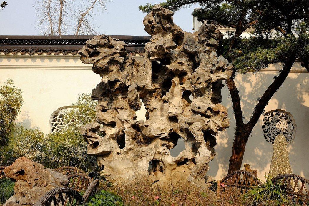 「九獅峰」是園內的名石之一。它因為看似九獅嬉戲,故名「九獅峰」。