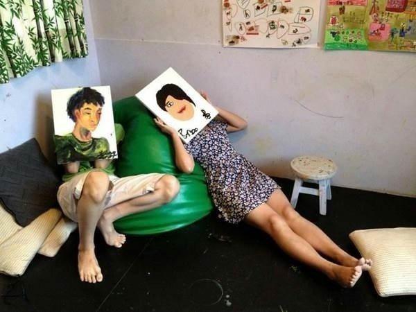 廖芳珍的女兒與兒子互相畫對方
