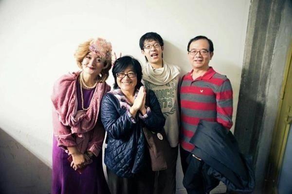 廖芳珍全家一同欣賞女兒的演出