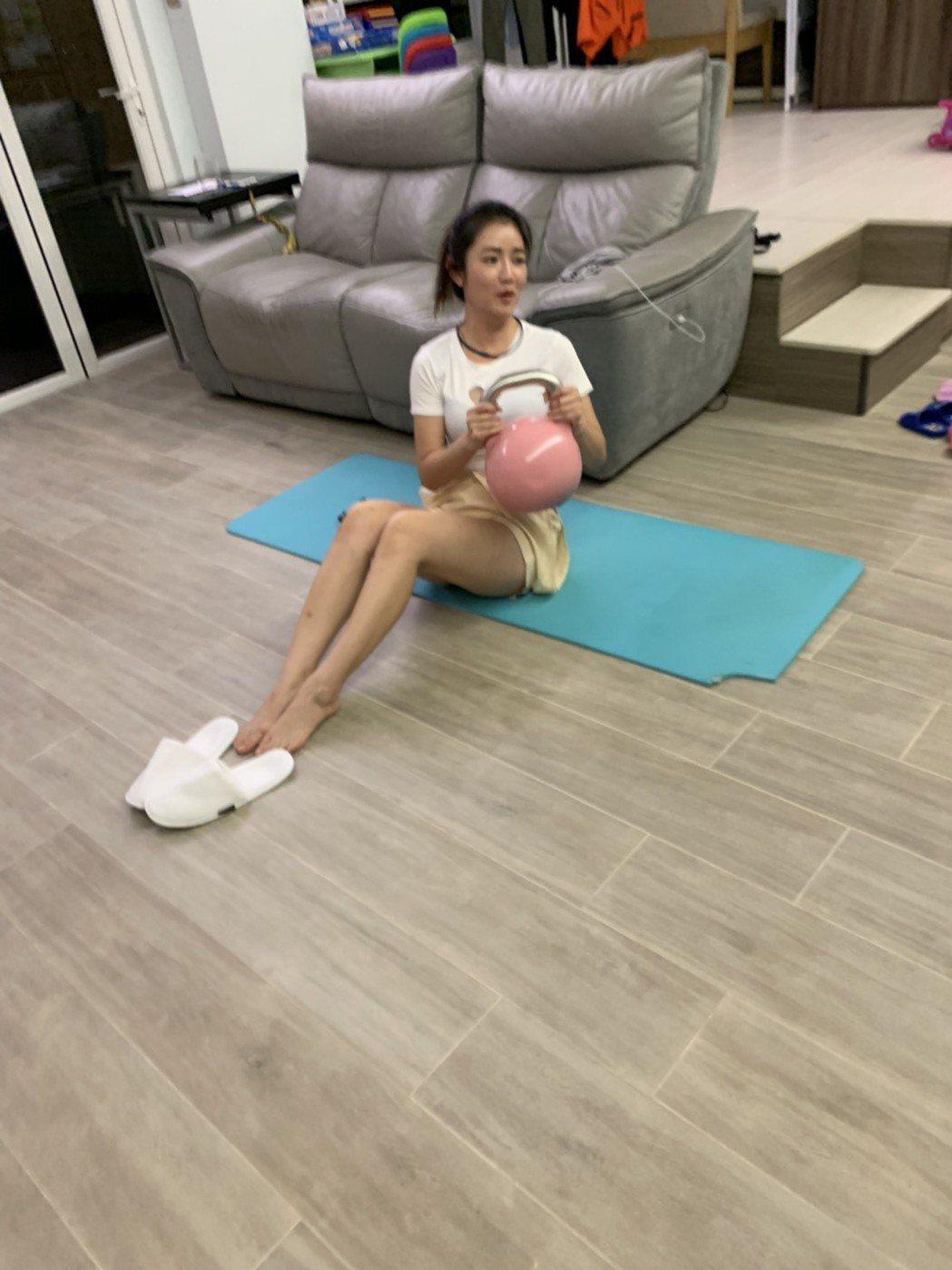 郭亞棠到香港吃吃喝喝,回來立刻做運動。圖/民視提供