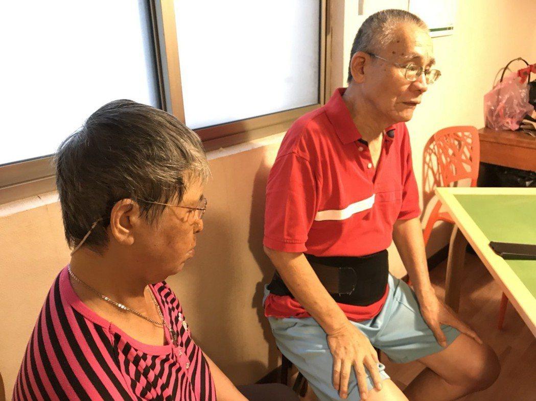 76歲的蔡奶奶(左),因10年前跌倒造成顱內出血,雖緊急開刀治療,仍有耳鳴等後遺...