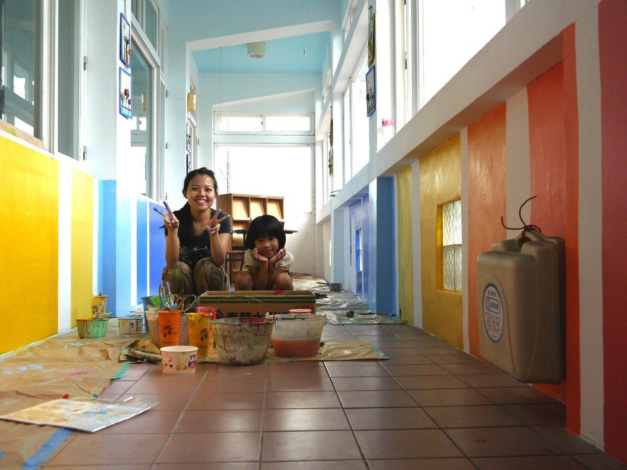 王惠苹為學校牆壁添加色彩,會邀小朋友一起體驗。圖/勞動署桃竹苗分署提供