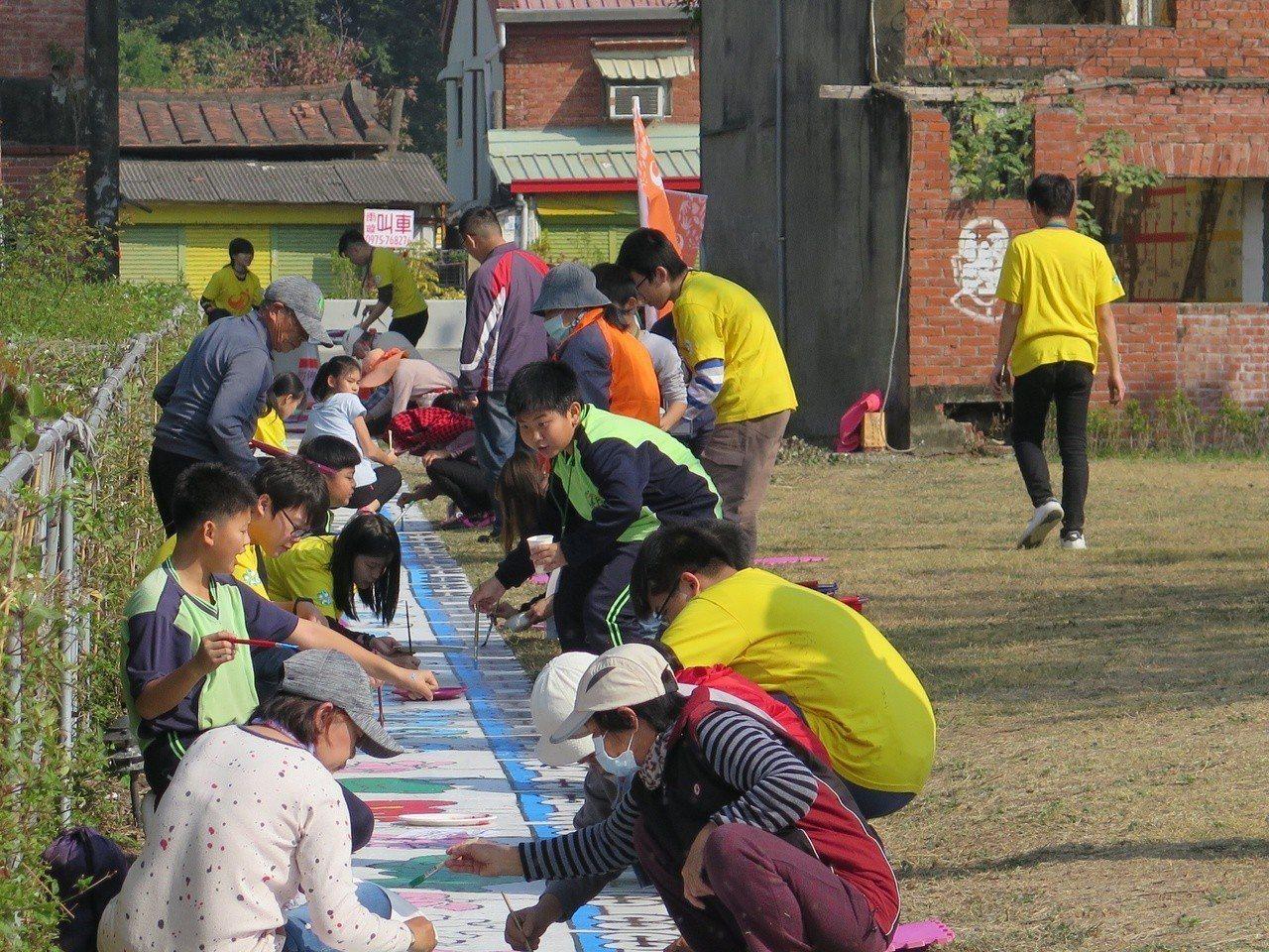 六甲資訊志工隊協助社區完成彩繪。圖/崑大提供