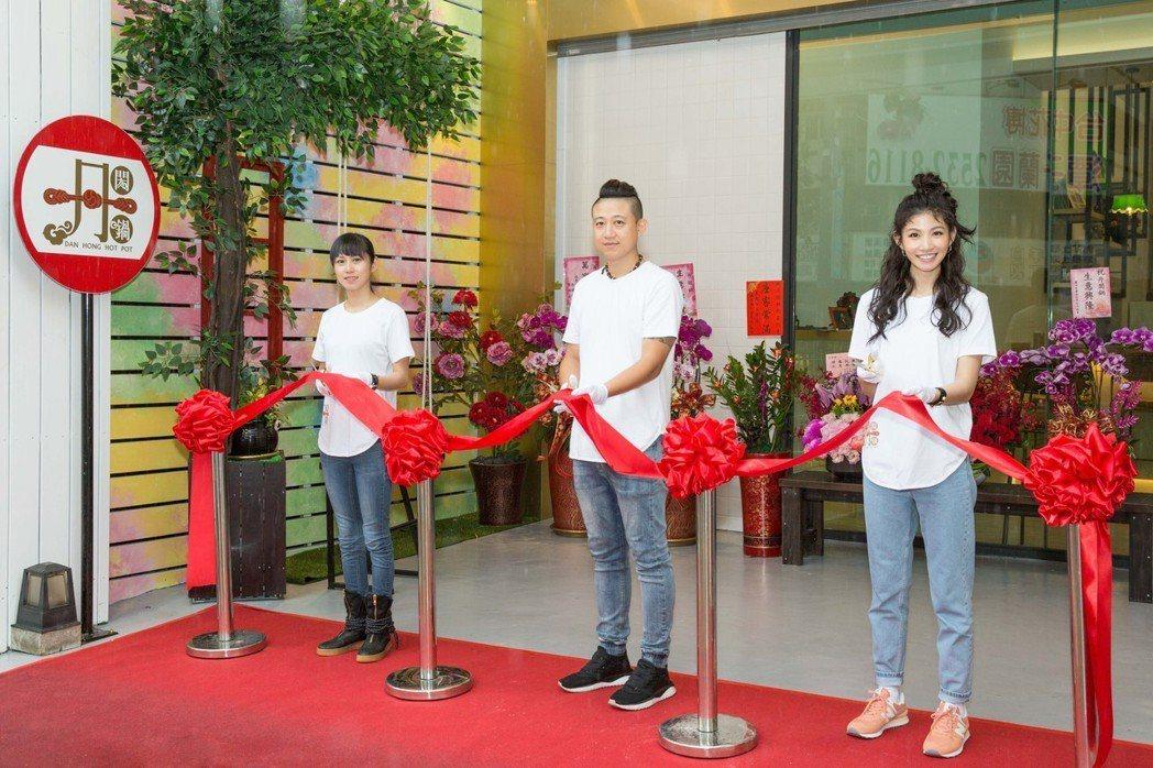 李千那(右起)偕哥哥、姊姊開設火鍋店「丹閎鍋」。圖/樂是達娛樂提供