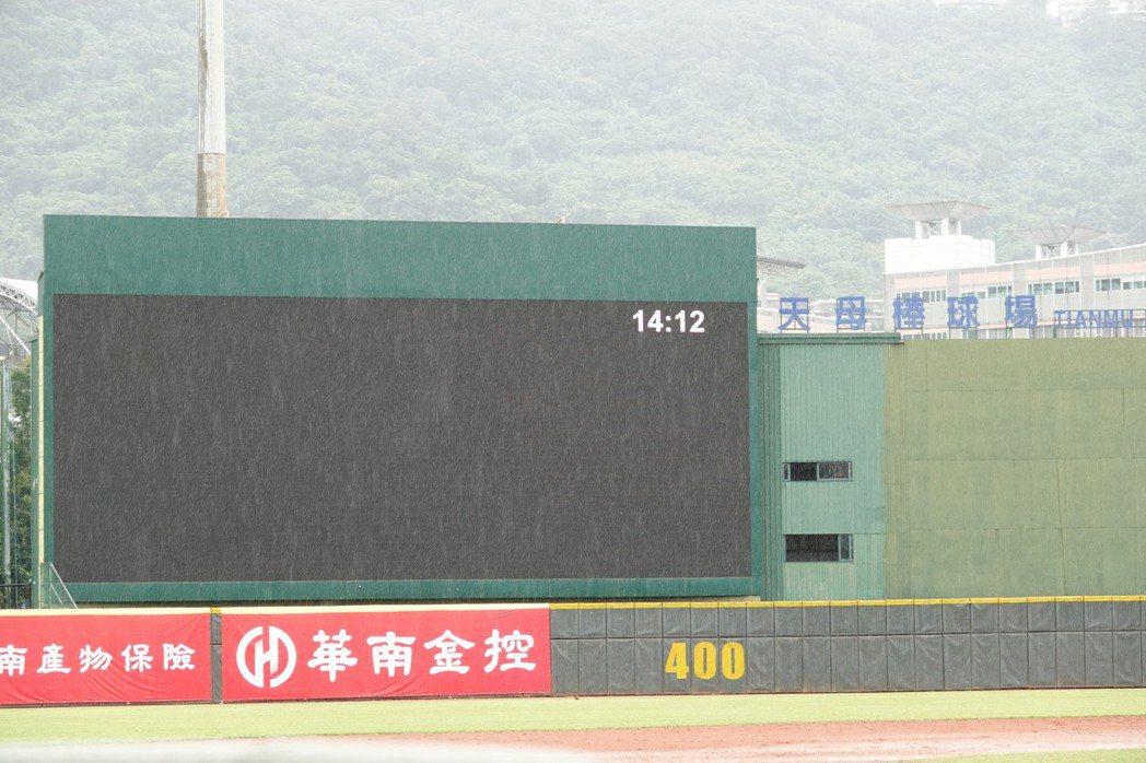 華南金控盃青少棒錦標賽,天母棒球場因大雨延賽。記者蘇志畬/攝影