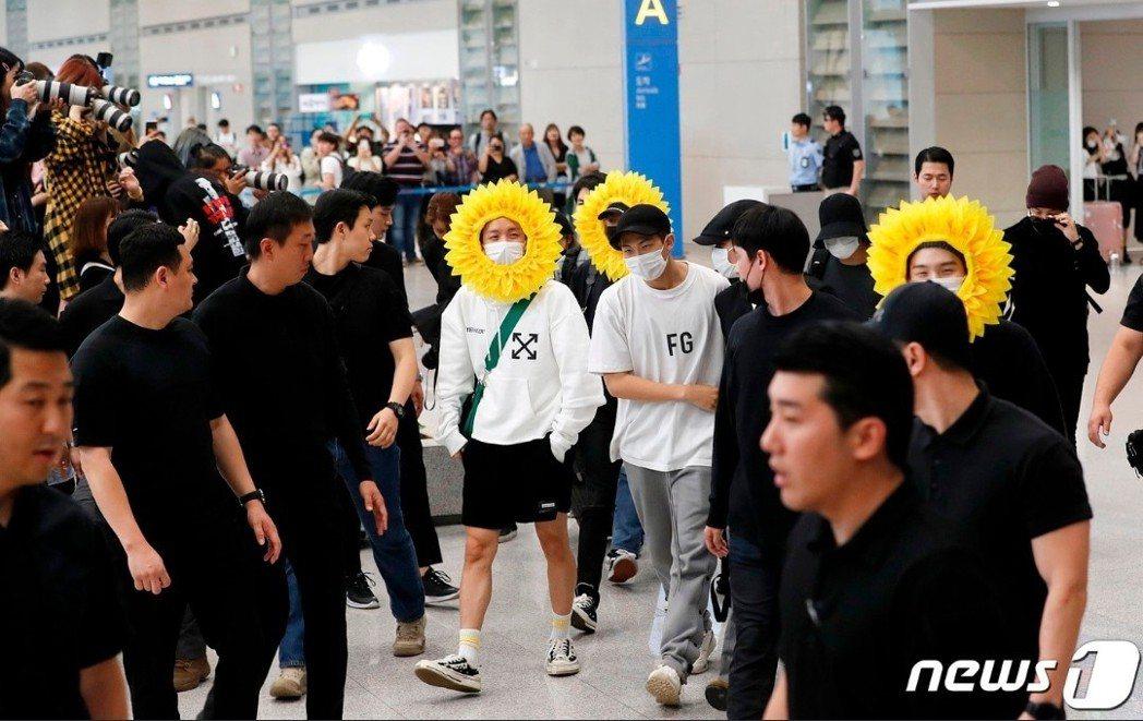 防彈少年團在保鏢戒護下入境韓國。圖/摘自news1