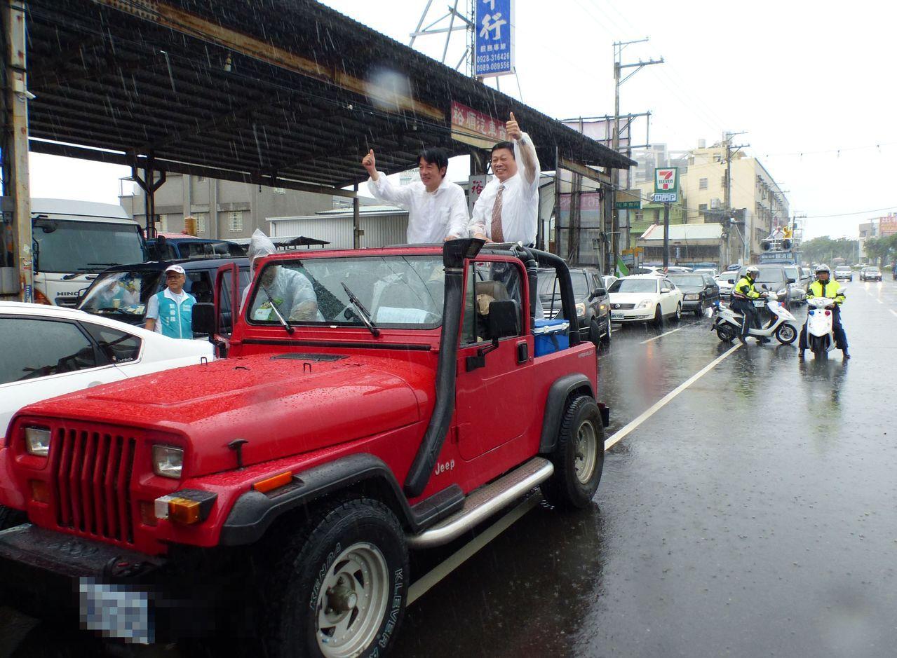 行政院前院長賴清德(左)今天下午1時30分冒雨從台中烏日出發,繼續在街頭爭取支持...