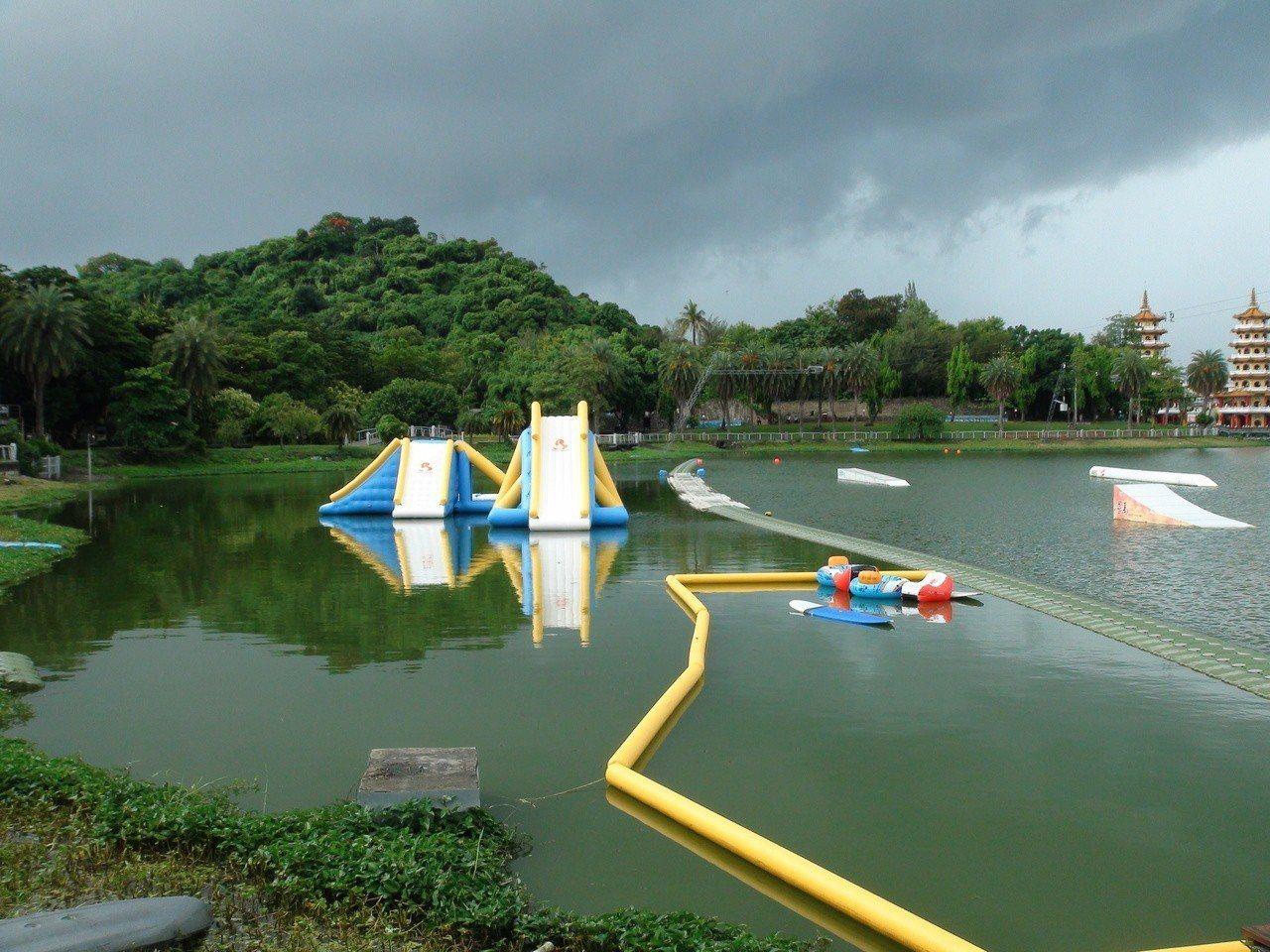 左營蓮池潭也安排適合小朋友的水上遊樂器具。記者謝梅芬/攝影