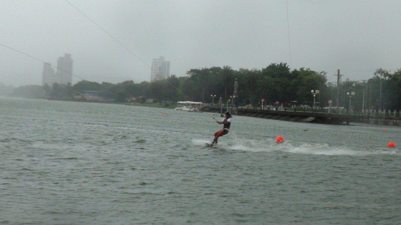 今天起到8月31日止,是蓮池潭畔的「纜繩滑水」,有別於船拖方式,纜繩滑水是以馬達...