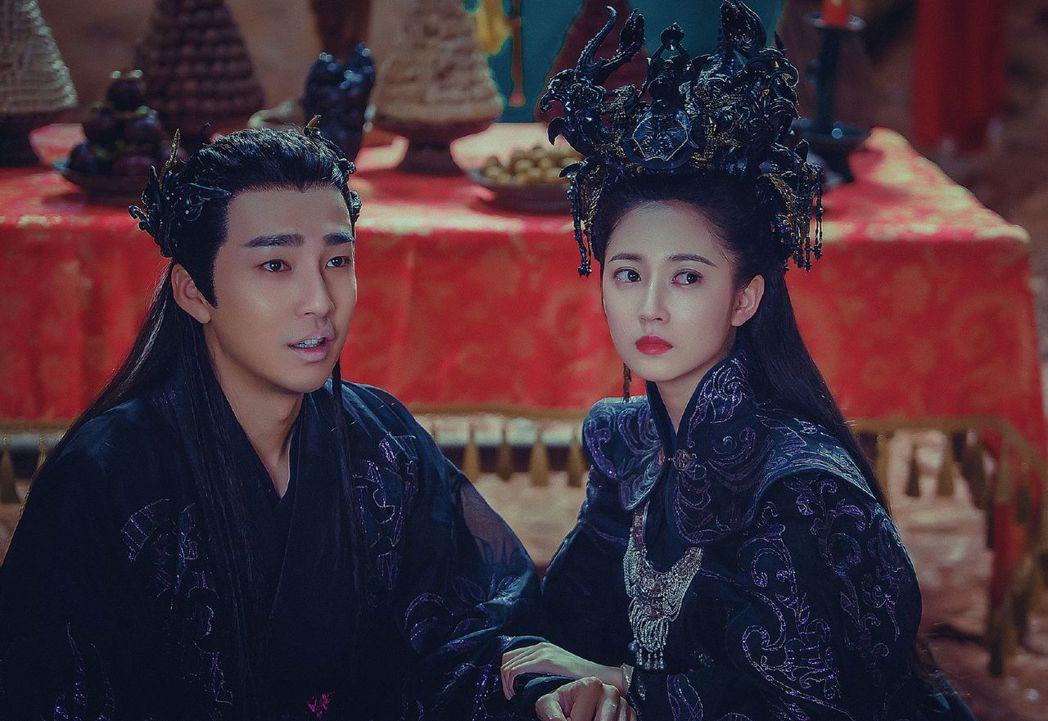陳鈺琪(右)在「香蜜沉沉燼如霜」中與鄒廷威上演虐戀。圖/中天提供