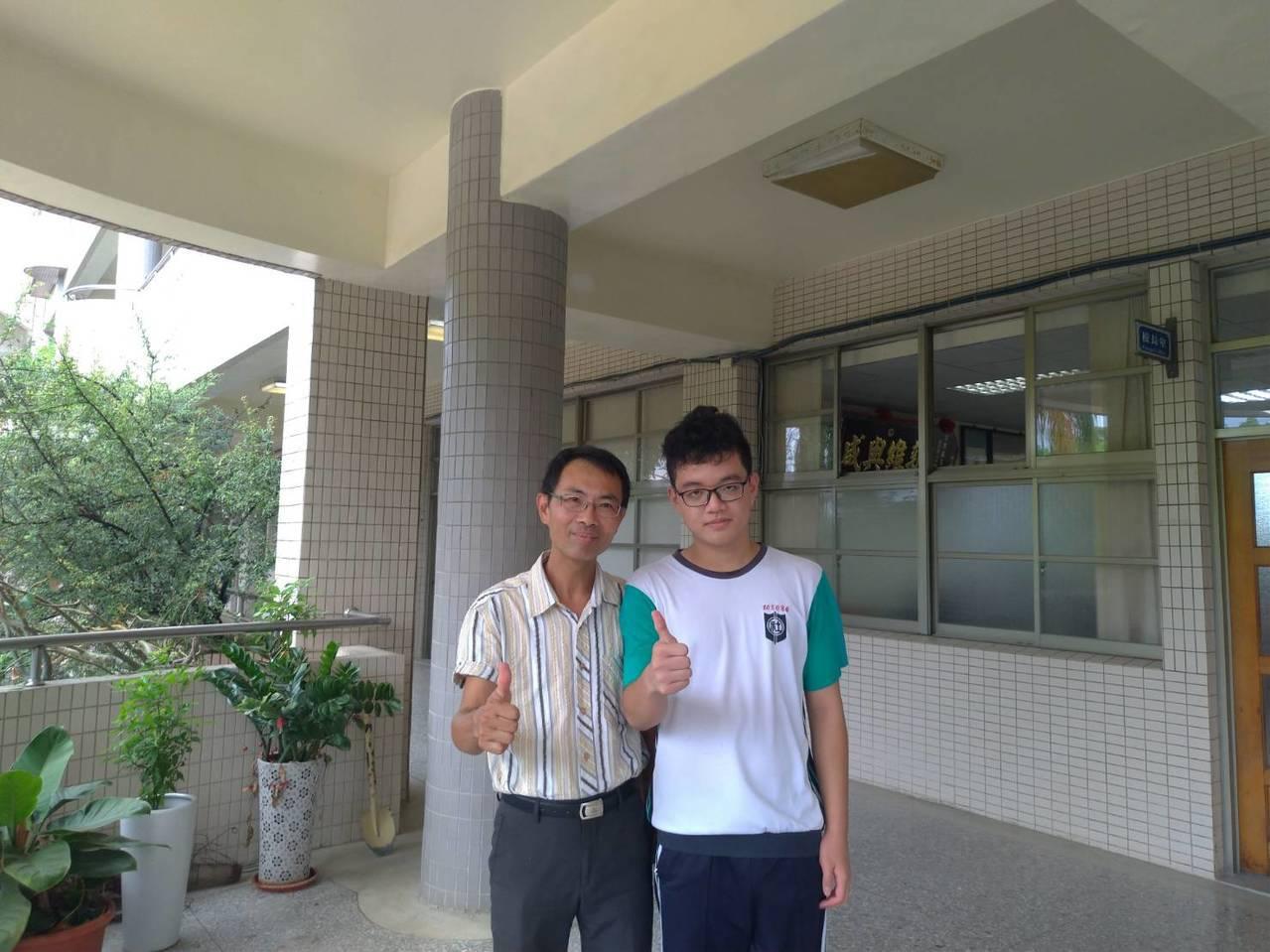 社頭國中學生蘇昱銓(右)在國中會考國文作文拿下滿分。圖/社頭國中提供