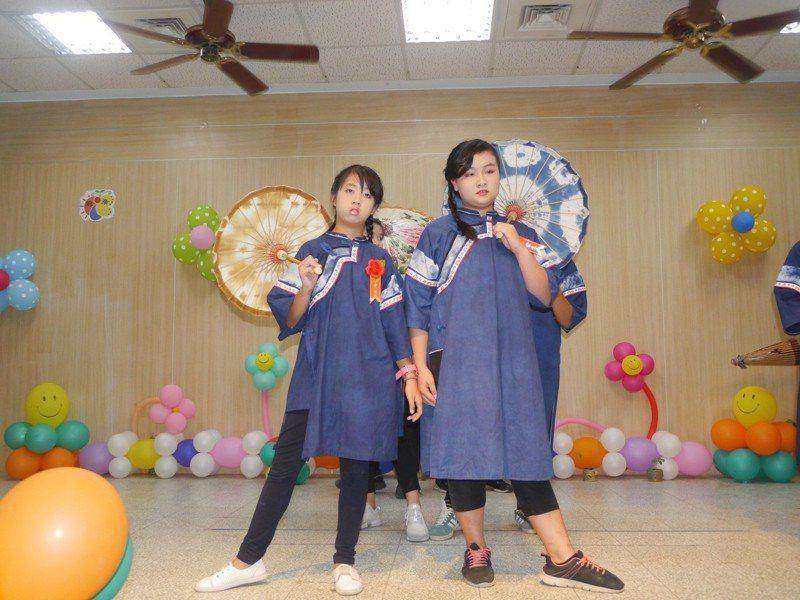 女生版改良藍衫。記者徐白櫻/攝影