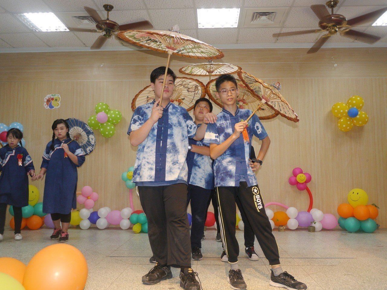 男生版改良式藍衫。記者徐白櫻/攝影