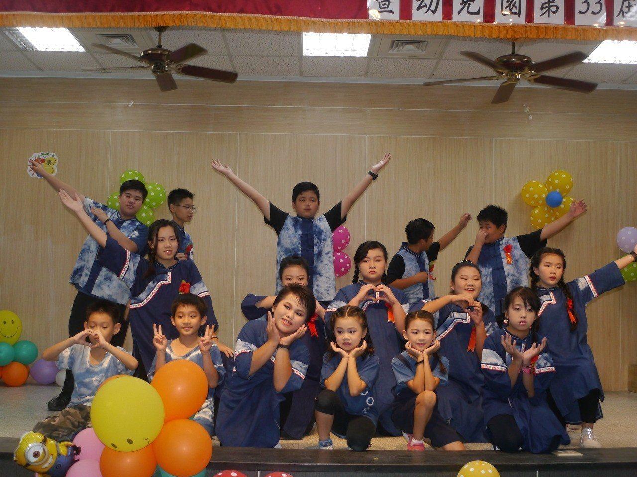美濃廣興國小畢業生穿上自己親手染製的藍衫參加畢業典禮。記者徐白櫻/攝影