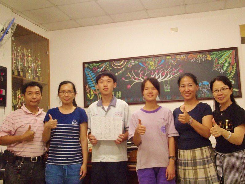 新港國中學生黃柏諭(左三)、郭芷安(左四)會考都是5A++,而且作文6級分,校長林婉鈴(右一)和老師們與他們一同高興。記者謝恩得/攝影