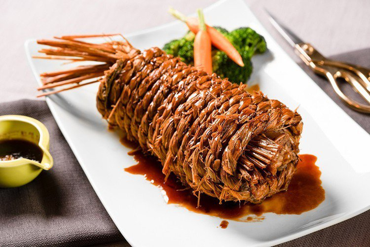2人共享的老粵菜手扎稻草香妃牛。圖/高雄英迪格酒店提供