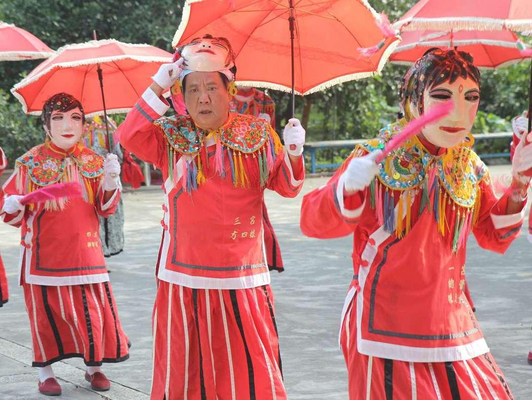 馬如龍在公視人生劇展「湊陣」中參與傳統藝陣十二婆姐。圖/公視提供