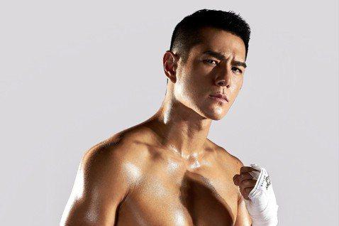 有「天菜」之稱的祖雄,近日因接演新電影「震撼擂台」為了變身拳擊手,每天8小時魔鬼嚴格訓練, 包括心肺運動、 拳擊及重訓,並且嚴格控制飲食,三餐無油、無糖、無鹽,就為了能在銀幕上呈現給觀眾完美的肌肉線...