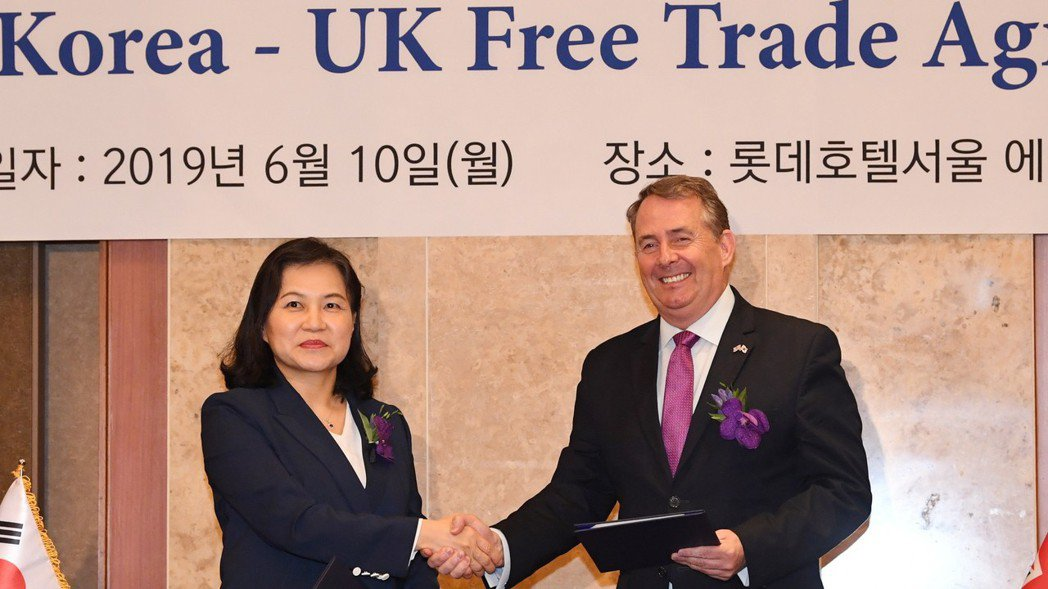 南韓產業通商資源部通商交涉本部長俞明希(左)和英國國際貿易大臣佛克斯(右),十日...