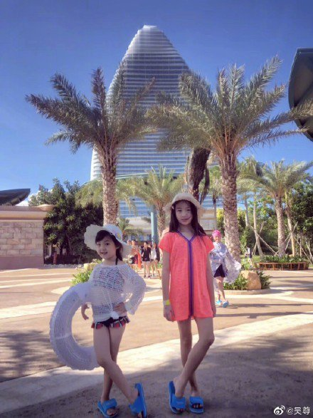 吳尊的8歲女兒NeiNei(右)和劉畊宏的女兒小泡芙到三亞旅遊。圖/摘自微博
