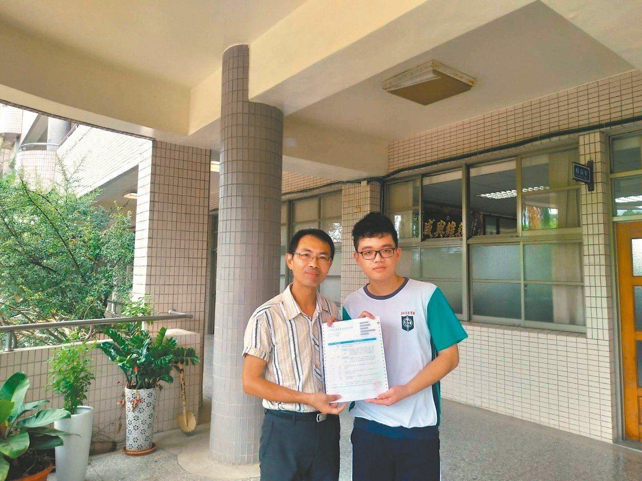 社頭國中學生蘇昱銓(右)在國中會考國文作文拿下滿分。 圖/社頭國中提供