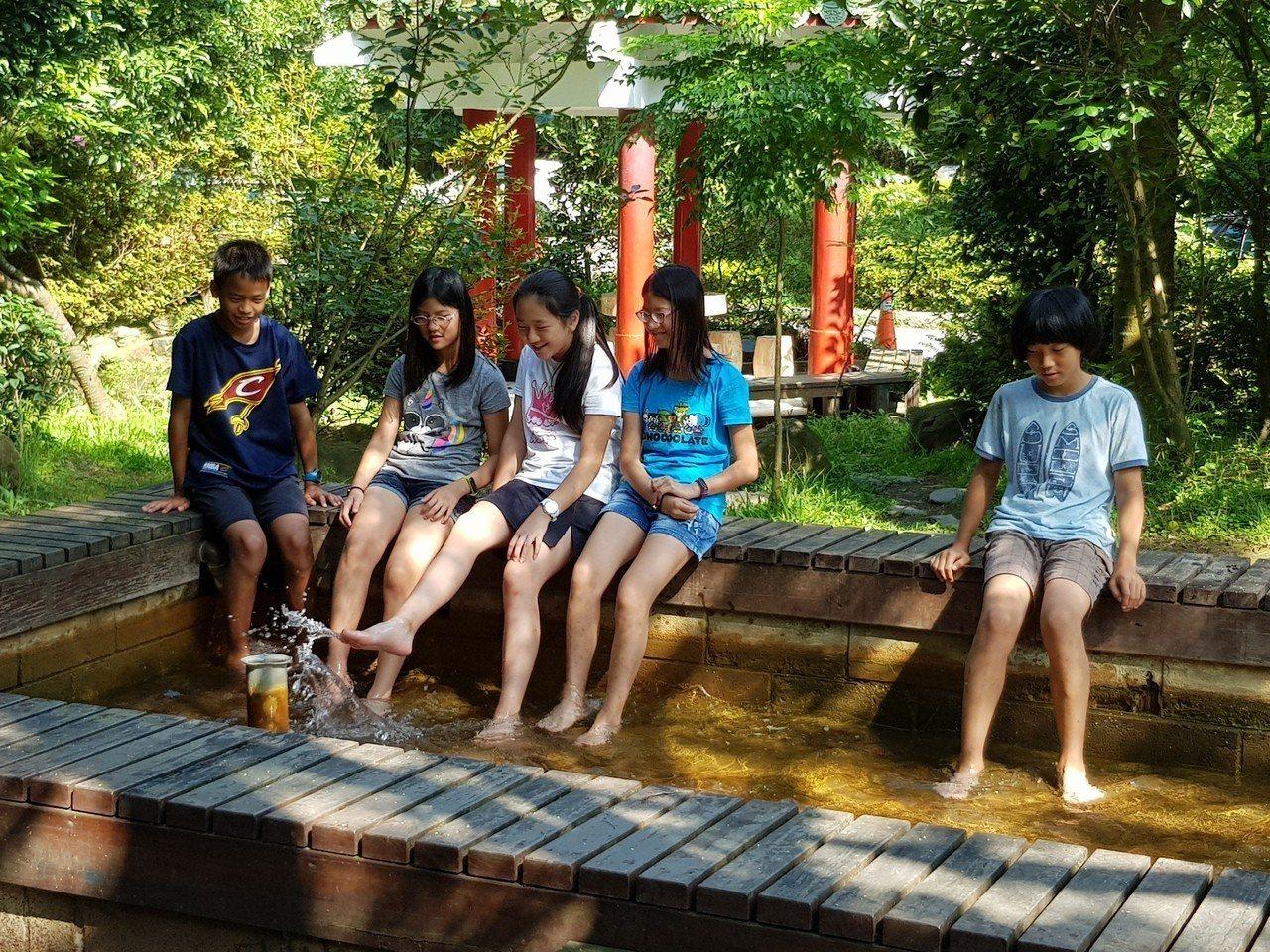 位於陽明山上的湖山國小是北市特色小學之一,校園內不僅沒塑膠罐頭式遊具,還有溫泉可...
