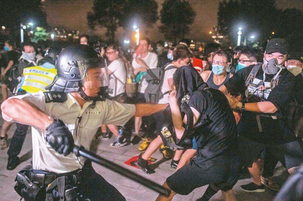 一名香港警官十日凌晨在香港立法會外揮舞警棍,試圖驅離反送中遊行結束後不肯散去的民...