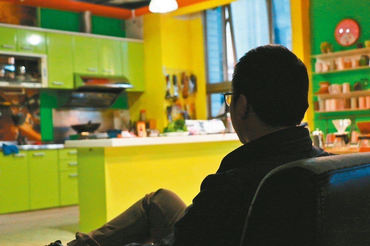 老人家暴案件快速增加,成為新的社會與家庭問題;圖為家暴者面對空蕩蕩的家。 圖/聯...