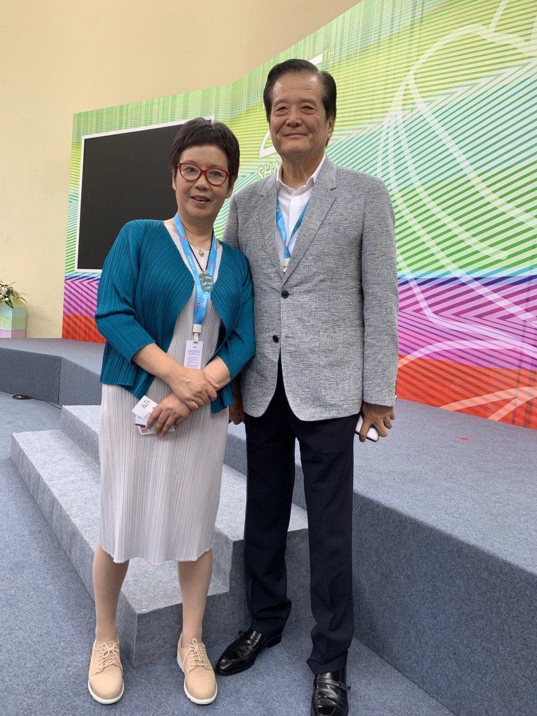 華策集團總裁趙依芳(左)和中華廣播電視節目製作商業同業公會理事長汪威江出席上海電...
