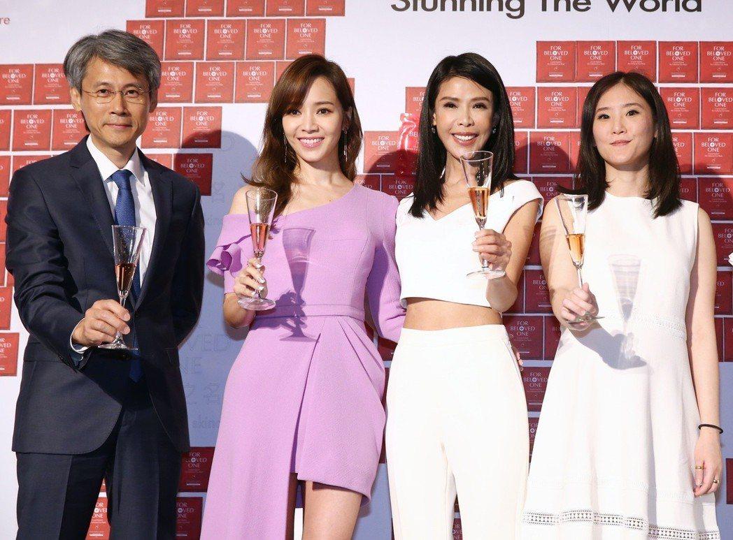 侯佩岑(左二)出席美容品牌記者會,與寵愛之名品牌創辦人吳蓓薇(左三)合影。記者曾...
