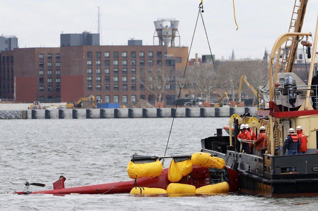 圖為救難人員要將去年3月墜毀東河直升機打撈上來的畫面。(美聯社)