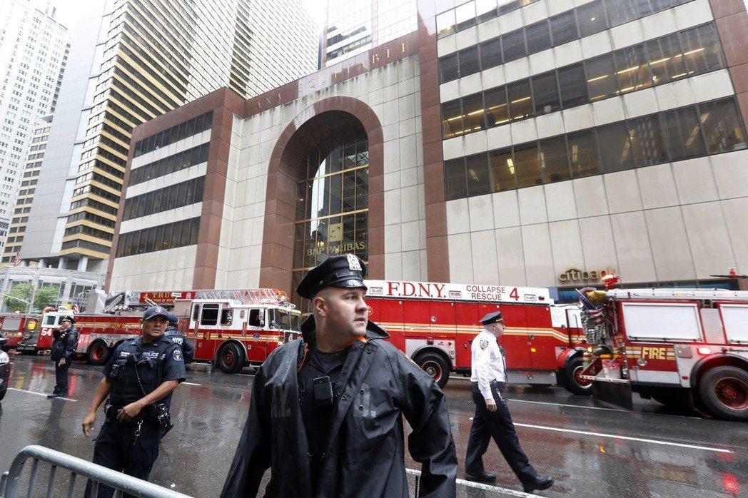 意外發生後,警消人員在大樓附近圍起封鎖線。(美聯社)