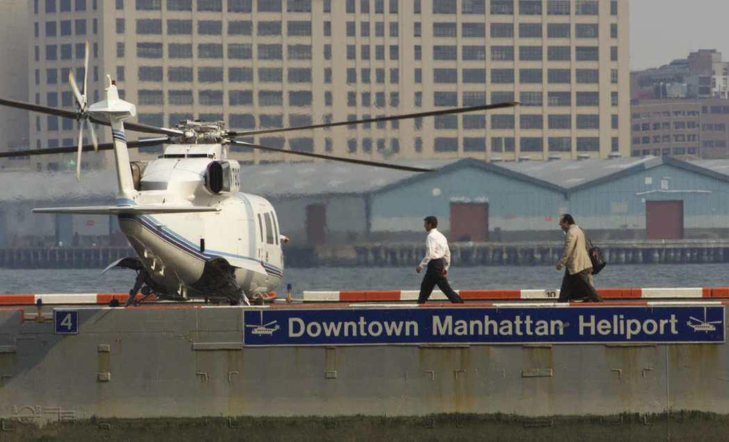 大部分搭乘直升機的乘客都是觀光客或是周末旅行者,圖為曼哈頓市中心直升機場內,兩名...