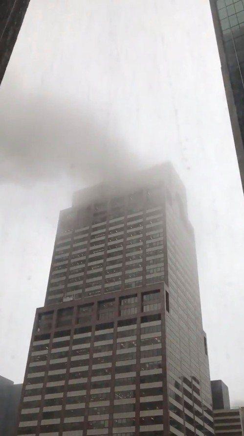 圖中可見直升機墜毀後產生的大量煙霧。(路透)