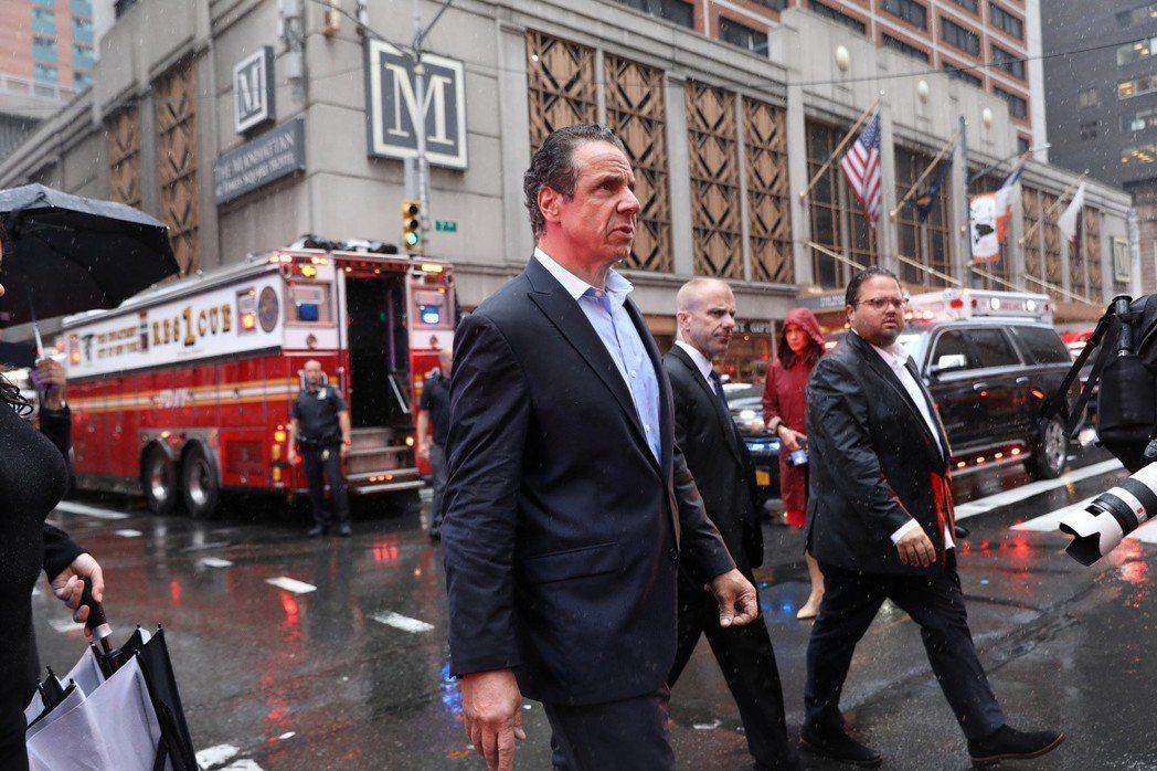 紐約州長郭謨10日到第七大道787號大樓的直升機墜機地點視察。(路透)
