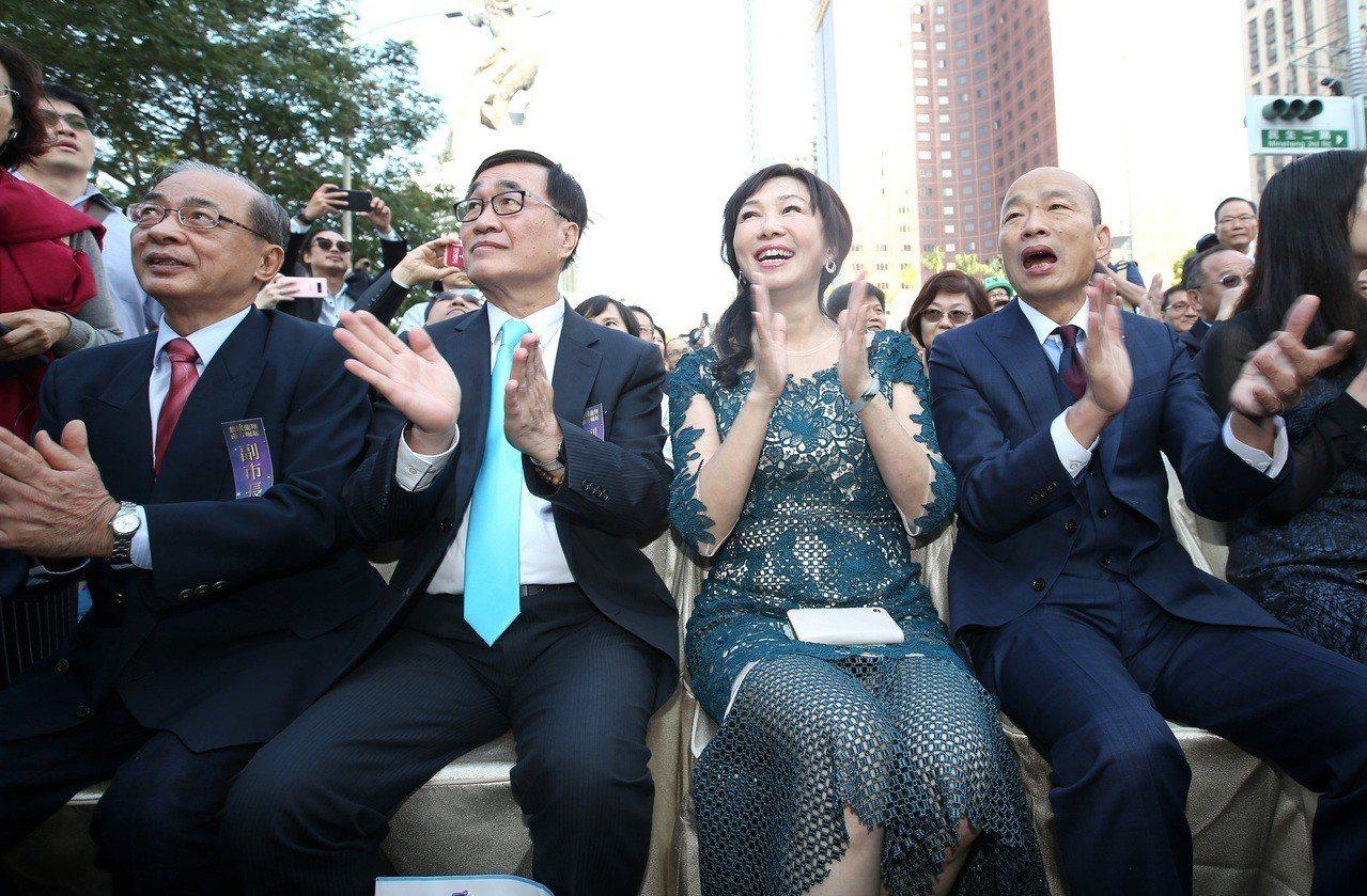 高雄副市長李四川(左二)是韓國瑜(右)的好幫手。 圖/聯合報系資料照片
