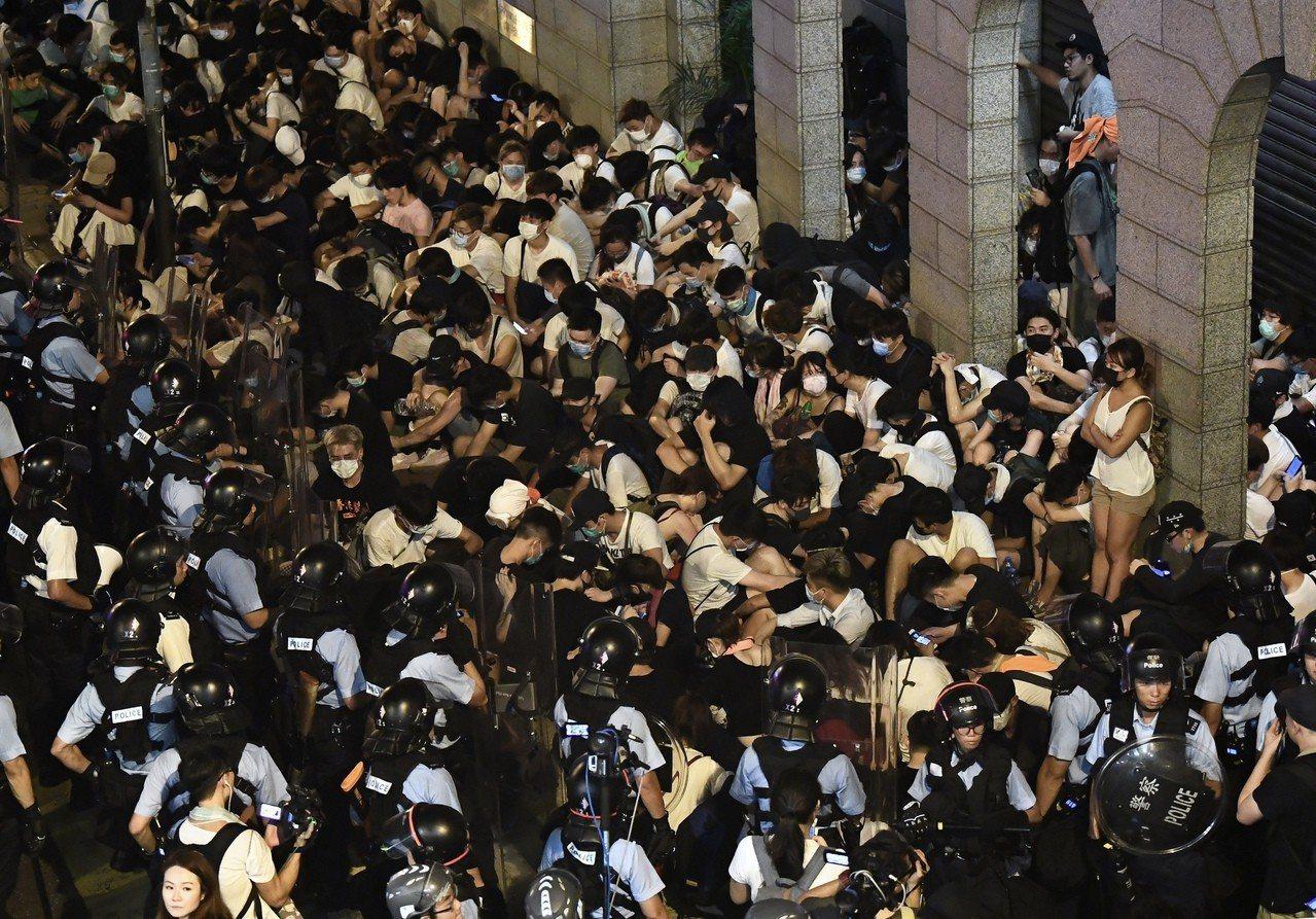 香港百萬人上街反對修訂「逃犯條例」遊行,示威中爆發衝突;圖為警方採取行動拘押示威...