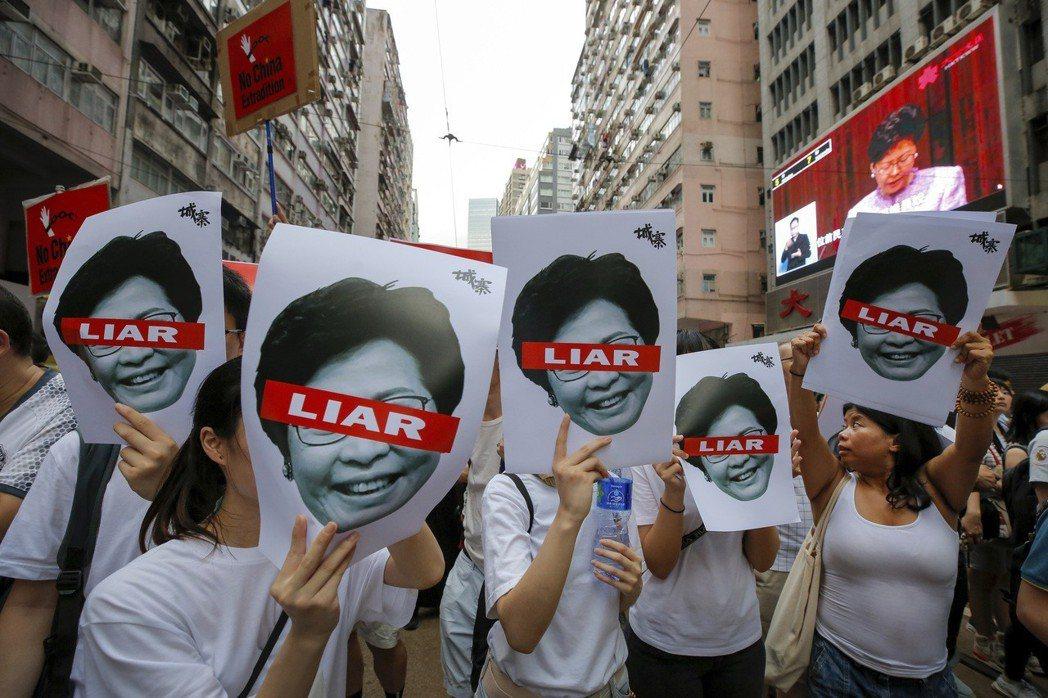 香港特首林鄭月娥表示將繼續推動修訂逃犯條例,引發軒然大波。(美聯社)