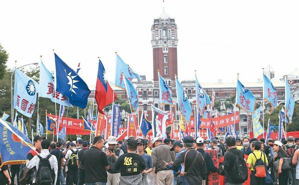 反軍人年改團體「八百壯士」到凱道抗議,要求政府勿逼退伍軍人走上絕路,數千人大聲吶...