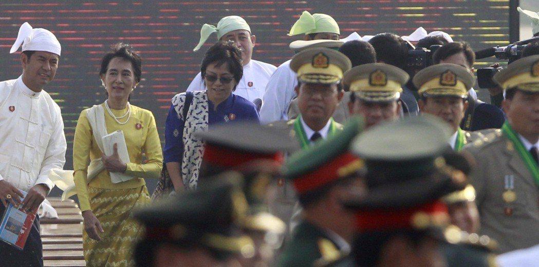 緬甸反對黨領袖翁山蘇姬(左二)首度參加軍人節閱兵,外界解讀,她是公開宣示已與軍方...