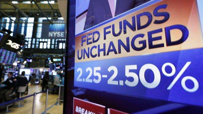 華爾街日報提醒投資人,Fed降息通常是因為有壞事正在發生。圖/美聯社