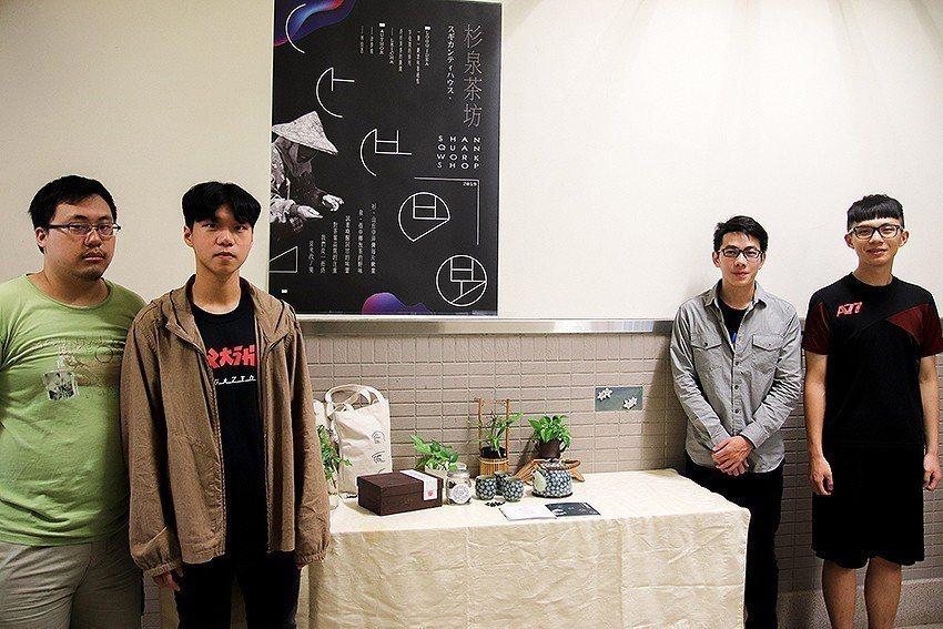 中央大學客家系學生展示相關的文創商品。 中央大學/提供